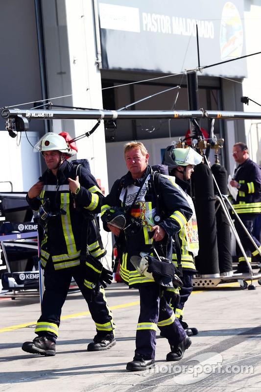 Bombeiros foram chamados para a garagem Williams depois que sofreu um incêndio KERS