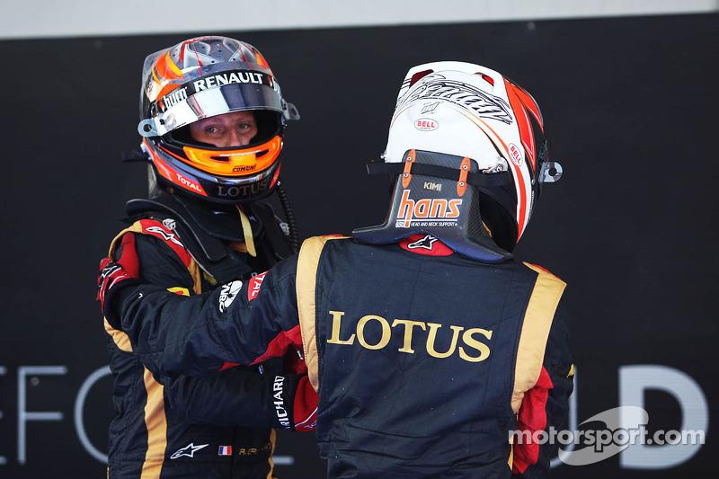 (L naar R): Romain Grosjean, Lotus F1 Team en Kimi Raikkonen, Lotus F1 Team vieren feest inn parc ferme