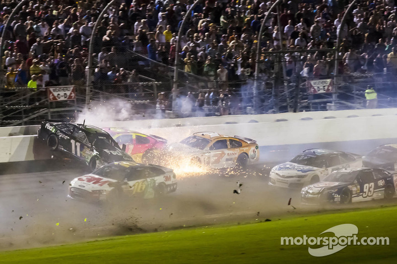 Crash voor Denny Hamlin, Joe Gibbs Racing Toyota