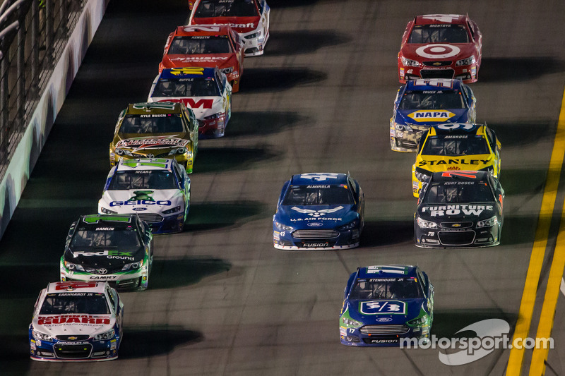 Dale Earnhardt Jr., Hendrick Motorsports Chevrolet en Ricky Stenhouse Jr., Roush Fenway Racing Ford voor een groepje auto's