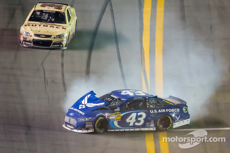 Aric Almirola, Richard Petty Motorsports Ford crasht