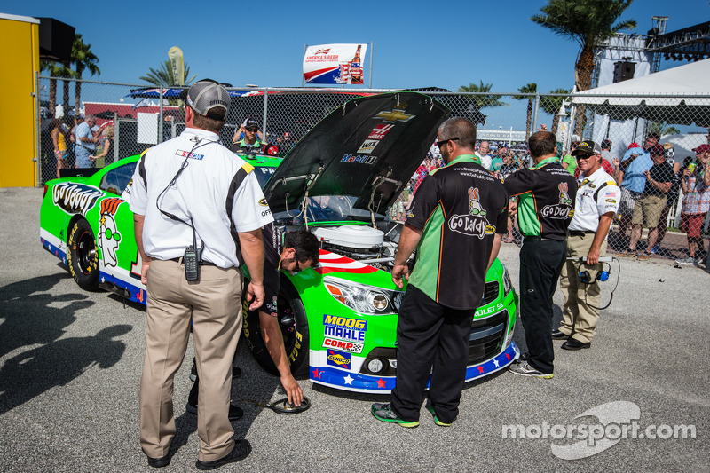 De auto van Danica Patrick, Stewart-Haas Racing Chevrolet geïnspecteerd tijdens de kwalificatie