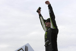 Racewinnaar Kyle Busch viert het resultaat