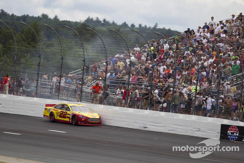 Crash voor Joey Logano, Penske Racing Ford