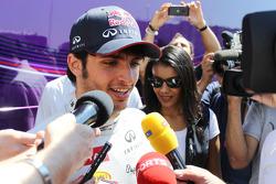 Carlos Sainz Jr., Testrijder Red Bull Racingmet de media