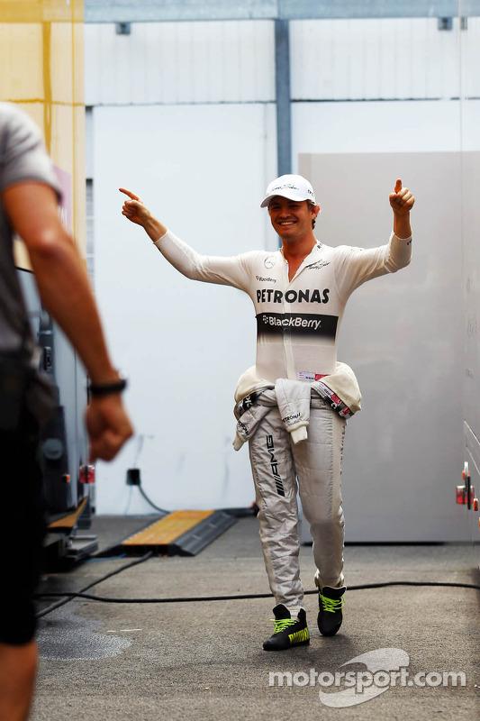 Nico Rosberg, Mercedes AMG F1 treina his football skills com Daniel Schloesser, Mercedes AMG F1 Phys