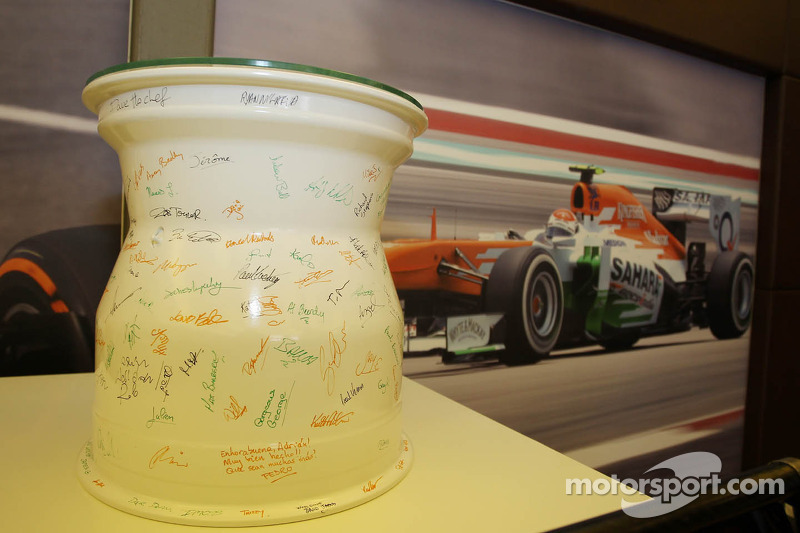 Een keramische velg, gesigneerd door het team, om de honderdste Grand Prix van Adrian Sutil, Sahara Force India F1 te vieren