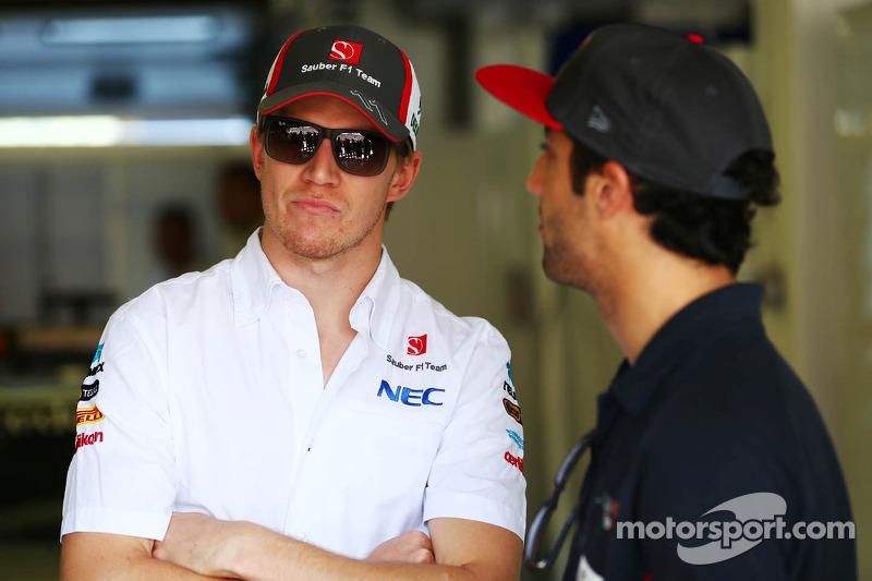 (L naar R): Nico Hulkenberg, Sauber met Daniel Ricciardo, Scuderia Toro Rosso