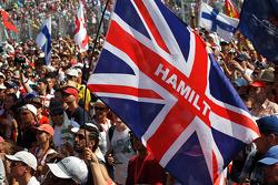 Bandeira para Lewis Hamilton, Mercedes AMG F1, com os fãs no pódio