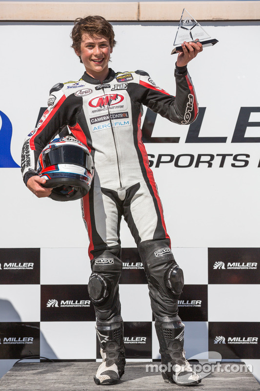 Joe Roberts, 16 anos, após vencer a corrida 2 da SuperSport (5ª vitória em 5 corridas, desde que com