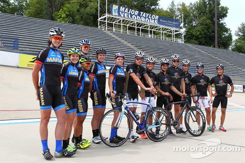 Pilotos de MotoGP con los ciclistas de la Universidad de Marian