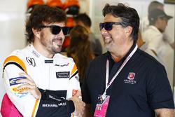 Гонщик McLaren Фернандо Алонсо и Майкл Андретти