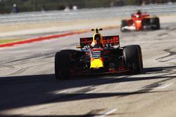 Max Verstappen, Red Bull Racing RB13, festeggia mentre taglia il traguardo davanti a Kimi Raikkonen, Ferrari SF70H