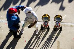 Неисполнительный директор Mercedes Ники Лауда и победитель Льюис Хэмилтон