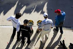 Исполнительный директор Mercedes AMG F1 Тото Вольф, гонщики Льюис Хэмилтон и Валттери Боттас и неисполнительный директор Mercedes Ники Лауда празднуют победу
