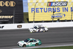 Kasey Kahne, Hendrick Motorsports Chevrolet, Brad Keselowski, Team Penske Ford