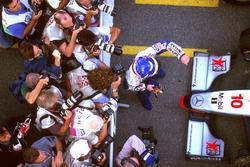 Жак Вільньов (Williams) радіє з чемпіонського титулу