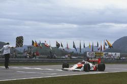 Alain Prost, McLaren MP4/4, sous le drapeau à damier