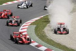 Fernando Alonso, McLaren MP4-22 Mercedes, Felipe Massa, Ferrari F2007'yi geçmeye çalışırken çakıl havuzuna çıkıyor