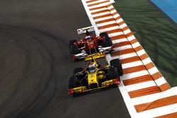 Vitaly Petrov, Renault F1 Team R30, devant Fernando Alonso, Ferrari F10