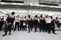 Kamui Kobayashi, Toyota Gazoo Racing avec les membres de l'équipe Toyota