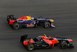 Sebastian Vettel, Red Bull Racing RB8 passeert Charles Pic, Marussia F1 Team MR01