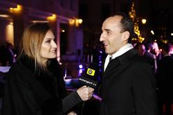 Robert Kubica parle à Julia Piquet