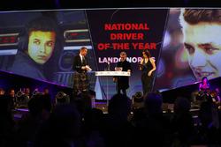 Eddie Jordan présente le trophée de pilote national de l'année à Lando Norris