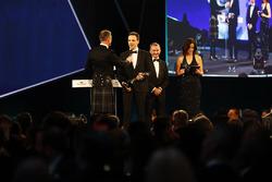 David Coulthard met Martins Zalmans, de winnaar van de Williams Engineer of the Future Award