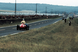 Willy Mairesse, Ferrari D246 geeft Tony Brooks, Vanwall, een lift