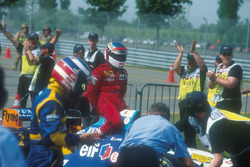 Michael Schumacher, Benetton geeft Jean Alesi, Ferrari, een lift