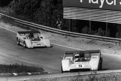 Denny Hulme, McLaren M8D-Chevrolet, devant Dan Gurney, McLaren M8D-Chevrolet