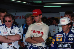 Patrick Head, Damon Hill et Alain Prost, Williams, regardent les temps des qualifications