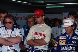 Patrick Head, Damon Hill y Alain Prost, Williams, observan los tiempos de calificación