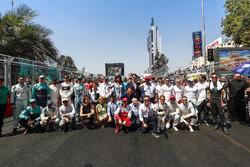 صورة جماعية للسائقين وجان تود وأليخاندرو عجاج، الرئيس التنفيذي للفورمولا إي