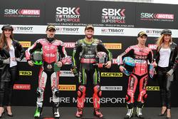 Le vainqueur Tom Sykes, Kawasaki Racing, le deuxième, Eugene Laverty, Milwaukee Aprilia, le troisième, Marco Melandri, Aruba.it Racing-Ducati SBK Team
