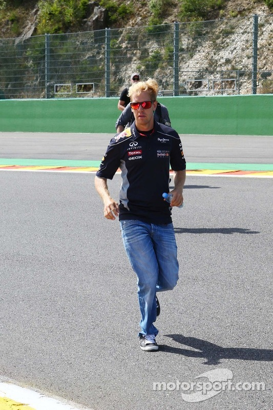 Sebastian Vettel, Red Bull Racing corre no circuito.