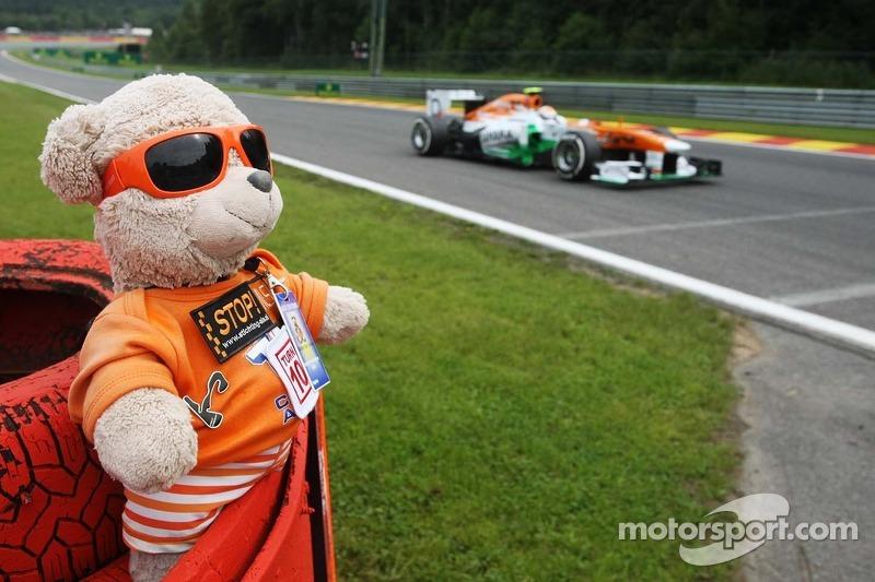 Adrian Sutil, Sahara Force India VJM06 passeert een marshal-beer