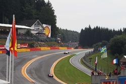Adrian Sutil, Sahara Force India VJM06, lidera Felipe Massa, Ferrari F138