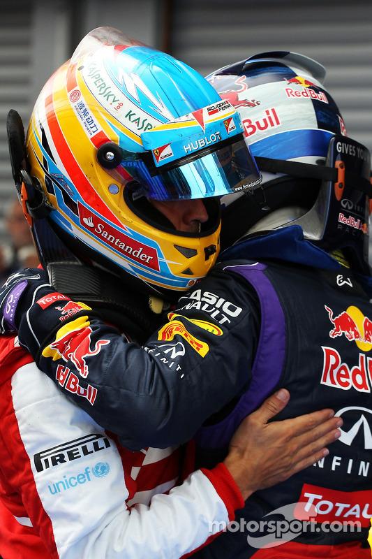 Fernando Alonso, Ferrari e o vencedor da corrida Sebastian Vettel, Red Bull Racing comemora no parqu