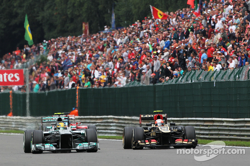 Lewis Hamilton, Mercedes AMG F1 and Romain Grosjean, Lotus F1 battle for position