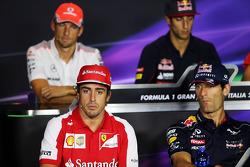 (Da esquerda para direita): Fernando Alonso, Ferrari, e Mark Webber, Red Bull Racing, na coletiva de imprensa da FIA