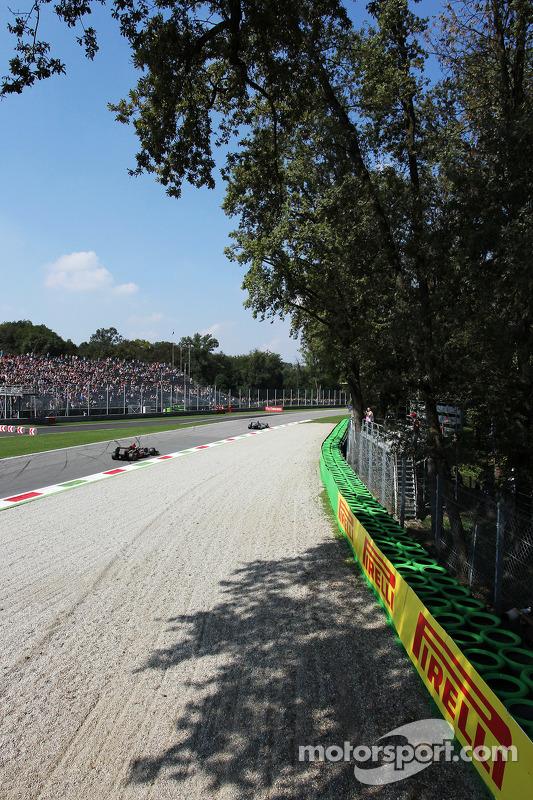 Lewis Hamilton, Mercedes AMG F1 W04 lidera Romain Grosjean, Lotus F1 E21