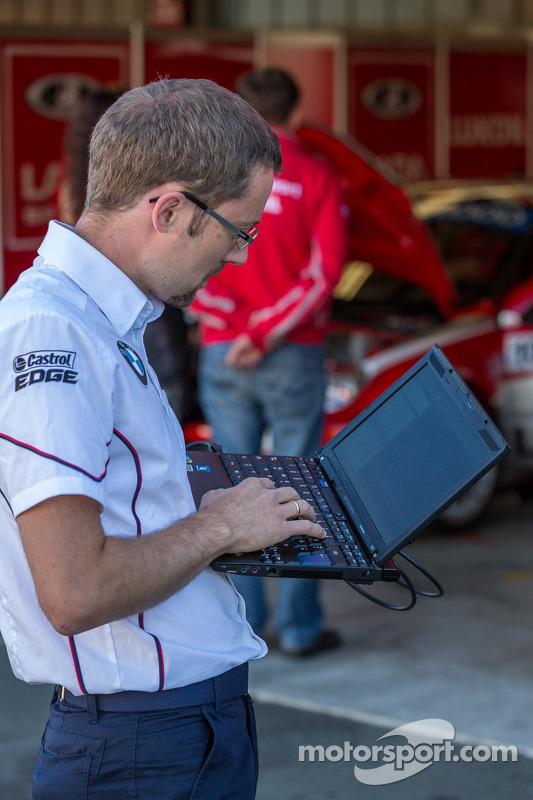 Engenheiro fazendo preparação final antes do treino de sábado
