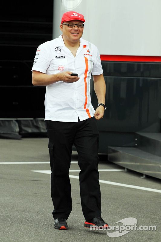 Matt Bishop, McLaren Press Officer in retro-outfit viert het 50-jarig jubileum van het team
