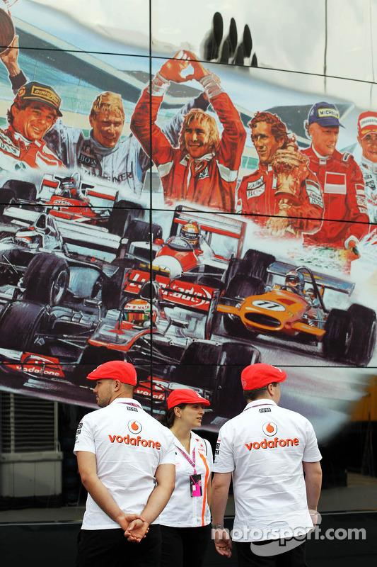 McLaren membros da equipe in retro kit celebrando 50 anos como construtor