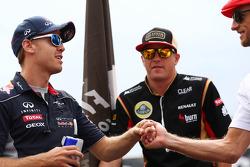 (Da esquerda para direita): Sebastian Vettel, Red Bull Racing; Kimi Raikkonen, Lotus F1 Team; e Jenson Button, McLaren, no desfile dos pilotos