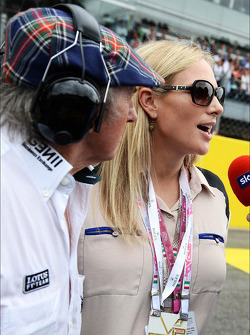 (L naar R): Jackie Stewart, met Zara Phillips, op de grid