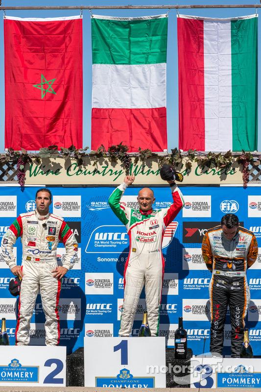corrida 2 pódio: primeiro lugar Gabriele Tarquini, segundo lugar Mehdi Bennani, terceiro lugar Norbe