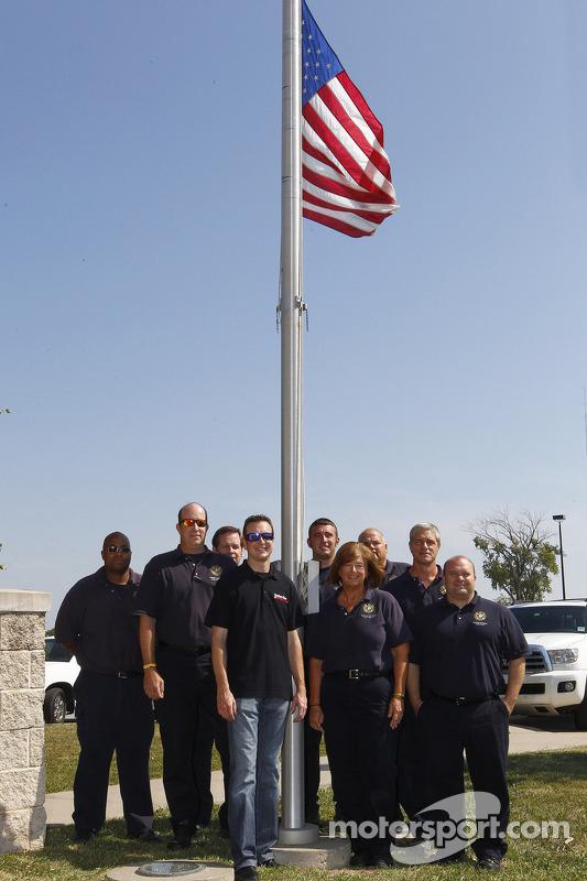 Kurt Busch visita com o pessoal do depertamento de bombeiros de Kansas City
